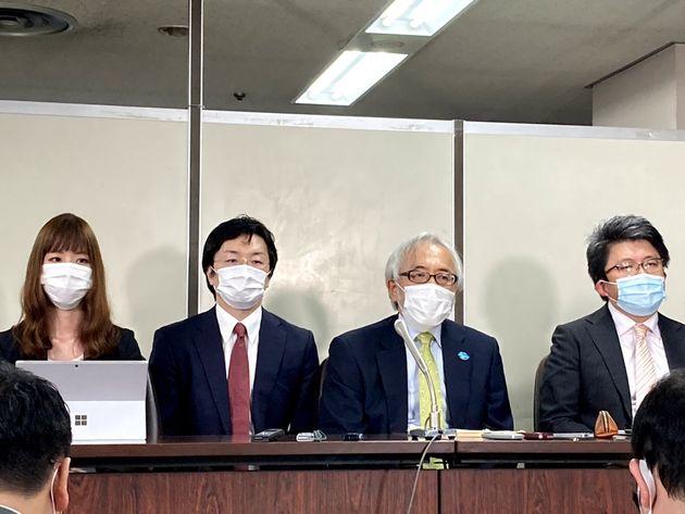 記者会見で話す医師側主任弁護人の高野隆弁護士(右から二人目)