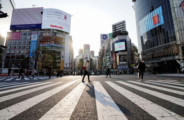 新型コロナウイルスの感染拡大に伴う緊急事態宣言発令を受け、人通りがまばらな東京・渋谷のスクランブル交差点=2020年4月8日、東京都渋谷区