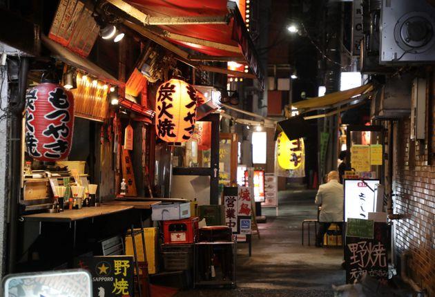 緊急事態宣言が解除されて初めての月曜日を迎えたが、閑散とする新橋の飲食店街=6月1日、東京都港区