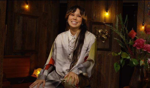 AI/日本人の父と日系米国人の母を持つクオーター。ロサンゼルスのパフォーミング・アーツ・スクール出身(ダンス専攻)。全米デビューのオファーを受けたが、日本での活動を選択し2000年にシングル『Cry,just