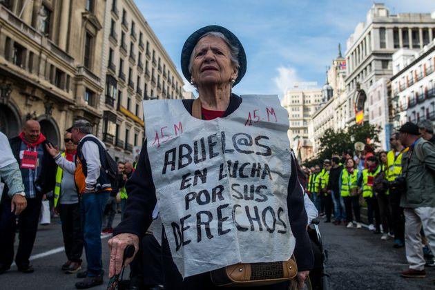Una mujer mayor protesta en una manifestación de los pensionistas frente al Congreso de los