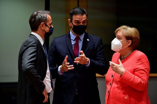 El primer ministro griego, Kyriakos Mitsotakis, el presidente español, Pedro Sánchez, y...
