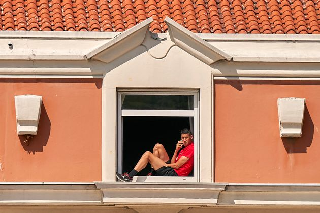 Uno de los jugadores del Fuenlabrada se asoma en el hotel donde permanece en cuarentena todo el