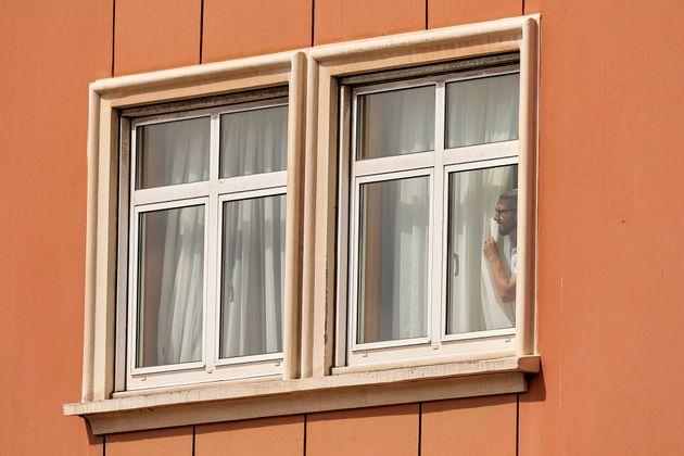 Chico Flores, jugadordel Fuenlabrada, mira por la ventana del hotel donde se encuentra confinado...
