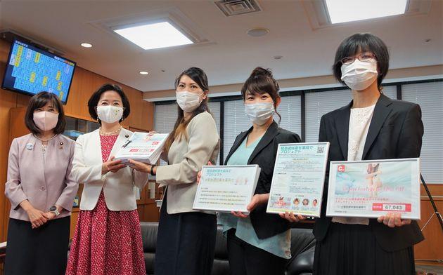緊急避妊薬の薬局での販売などを求める要望書を提出する染矢明日香さん(中央)らキャンペーンの活動メンバーたち