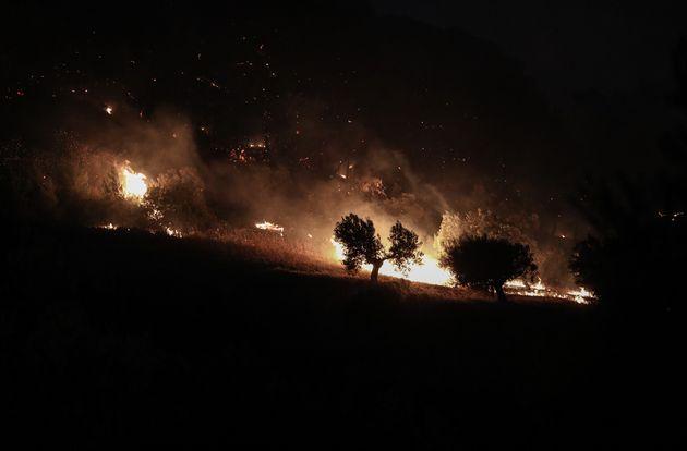 Μάχη με τις φλόγες και τον άνεμο στις Κεχρίες Κορινθίας- Μαίνεται η