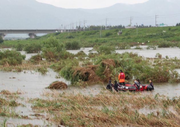 23일 소방대원들이 경남 밀양시 가곡동 예림교 부근에서 강물에 휩쓸려 실종된 40대 남성을 찾기 위해 수색작업을 벌이고