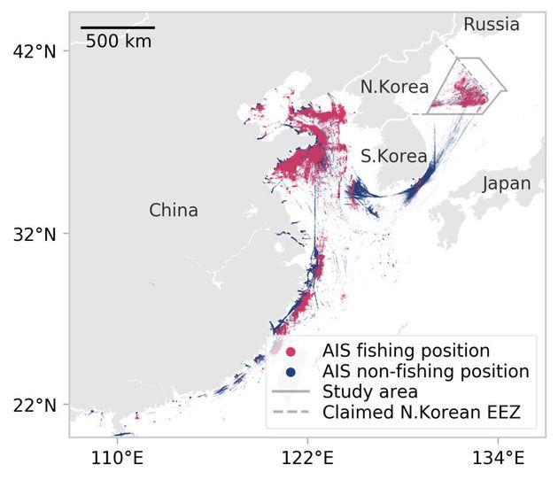 동북아 지역 어선들의 조업 영역을 표시한 지도. 붉은색은 식별 장치가 있는 어선, 푸른색은 어선 이외의 선박 움직임을 표시하고