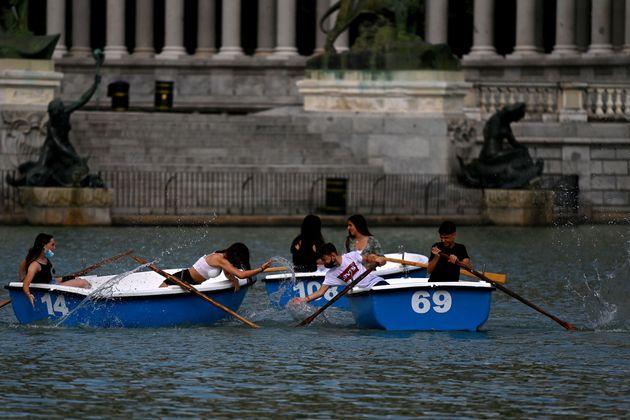 Varios jóvenes juegan en las barcas del parque del Retiro en Madrid, el pasado 1 de