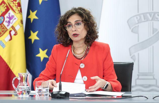La portavoz del Gobierno y ministra de Hacienda, María Jesús Montero, en una rueda de prensa...