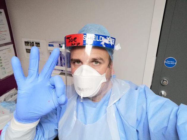 El enfermero Joan Pons, primer español en recibir la vacuna de