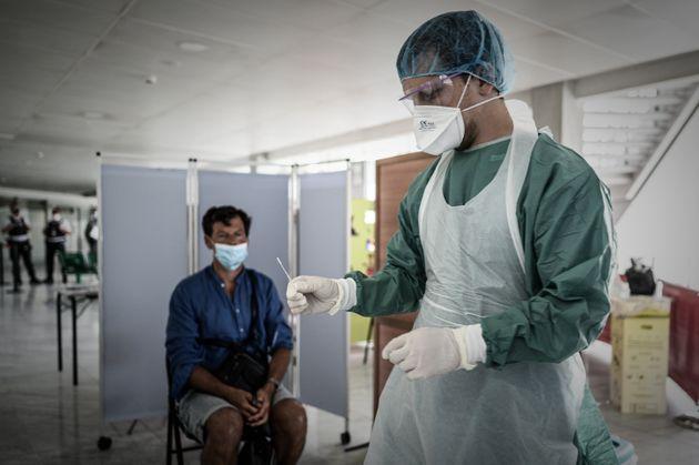 Lors d'un test de dépistage Covid-19 dans le hall d'arrivée de l'aéroport de Bordeaux-Mérignac,...