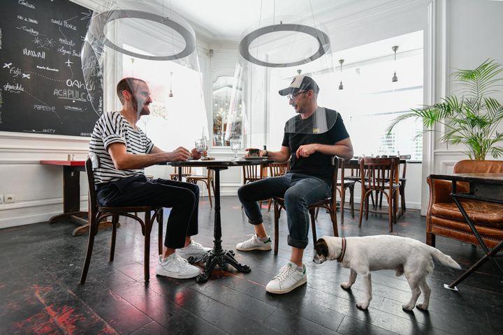 Já o H.A.N.D, restaurante de Paris, na França, reabriu em 29 de maio com cápsulas na cabeça dos clientes.