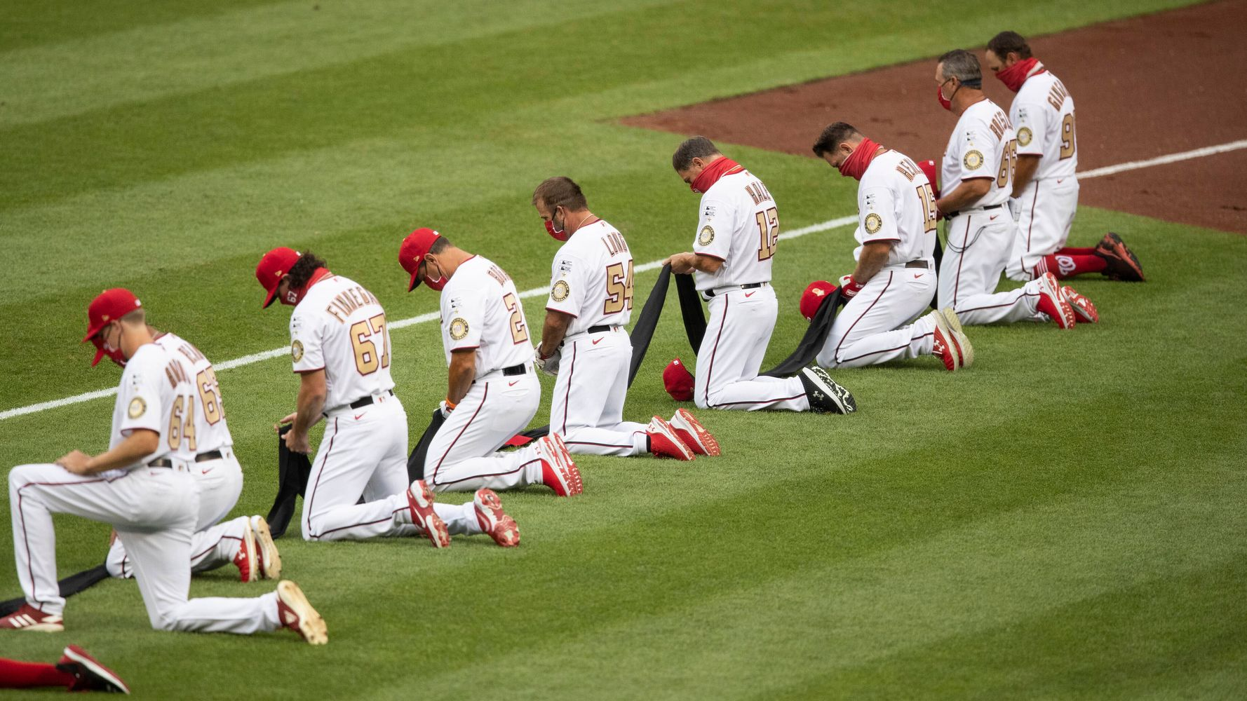 Giants And Dodgers Players Take A Knee During National Anthem ...