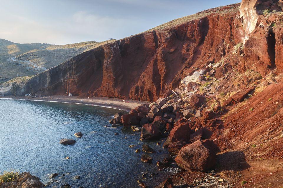 Η διάσημη Κόκκινη Παραλία με ηφαιστιακή άμμο και βραχώδη ακτή, στην Σαντορίνη