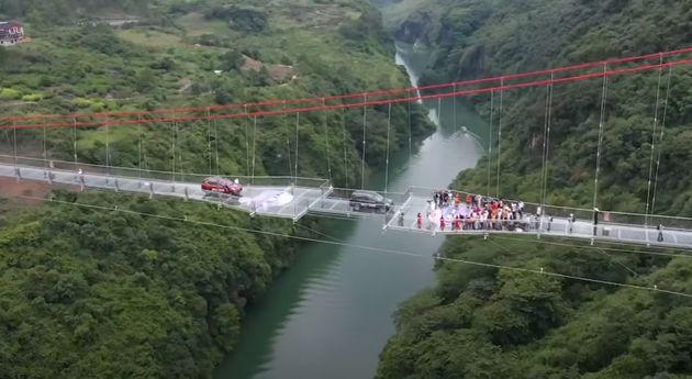 Η πιο μεγάλη γυάλινη γέφυρα του κόσμου άνοιξε για το κοινό και οι εικόνες είναι