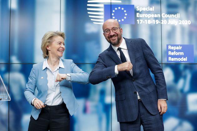 La presidenta de la Comisión Europea, Ursula von der Leyen, y el presidente del Consejo Europeo,...