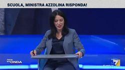 Azzolina prova i nuovi banchi a rotelle: