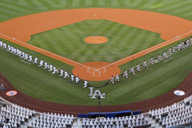 Baseball: un genou à terre pour l'ouverture de la