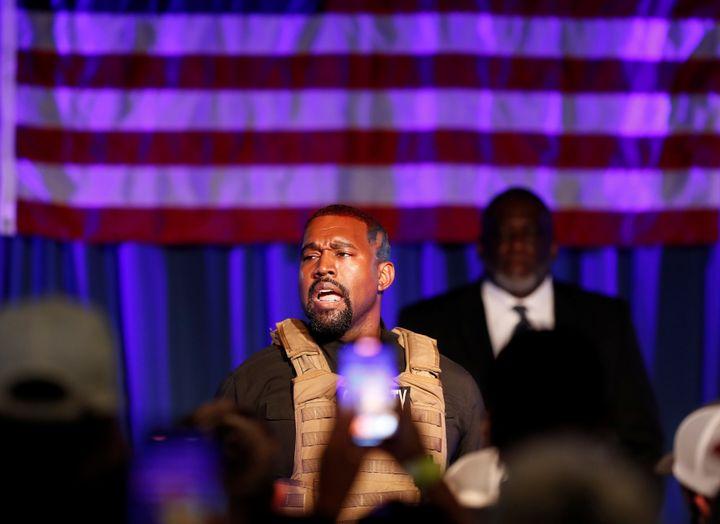 Le rappeur Kanye West a été diagnostiqué bipolaire en 2016. Il s'est porté candidat aux élections présidentielles américaines le 4 juillet dernier, date de la fête nationale des Etats-Unis. Pour certains, cette candidature serait due à une crise bipolaire que le chanteur traverserait.