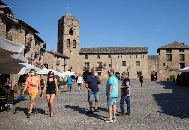Varios turistas pasean por Aínsa (Huesca), el pasado 19 de