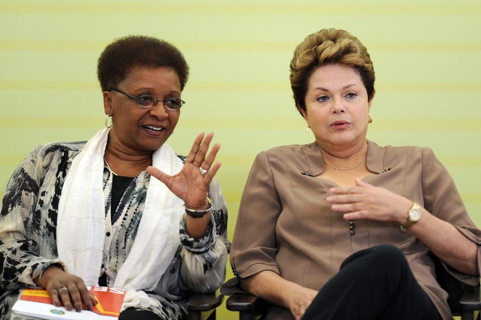 Luiza Bairros, quando foiministra da Secretaria da Igualdade Racial, ao lado da então presidente...