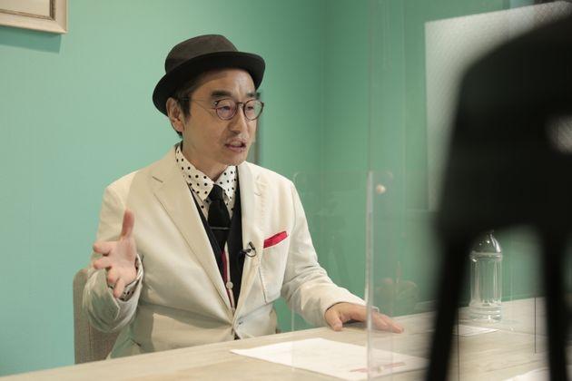 ハフポスト日本版のインタビューに応じるプチ鹿島さん