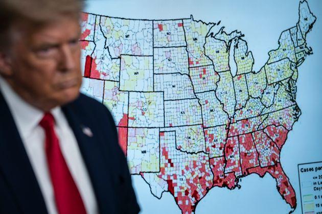 백악관에서 코로나19 브리핑에 나선 도널드 트럼프 대통령의 뒤에 미국 카운티별 코로나19 상황을 보여주는 지도가 화면에 띄워져있다. 2020년