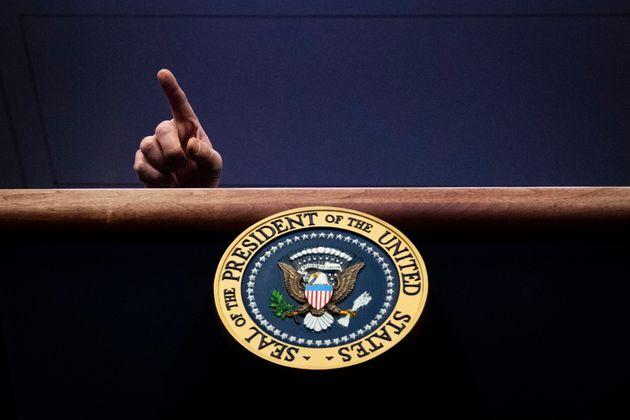 도널드 트럼프 대통령이 백악관 코로나19 브리핑 도중 질문을 할 기자를 지목하고 있다. 2020년