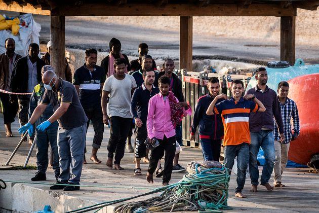 245/07/2020 Isola di Lampedusa, sbarco autonomo di circa 60 migranti soccorsi dalla Guardia di Finanza...
