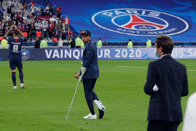 Kylian Mbappé, ici marchant en béquilles après son entorse lors de la finale de...
