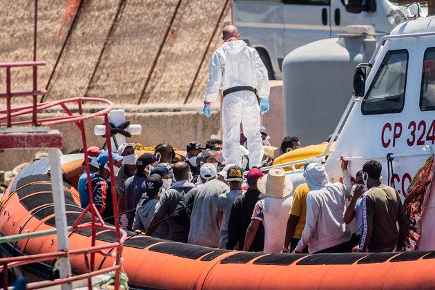 Migranti sbarcano a