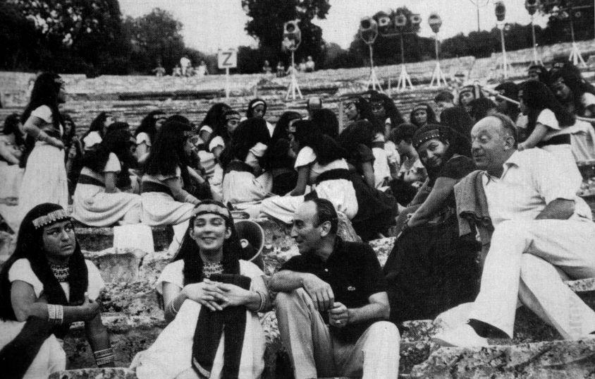 Ο Γιάννης Μόραλης ενώ συζητά με την νεαρή Ελένη Χατζηαργύρη, μέλος του Χορού των «Ικέτιδων», που είχε...