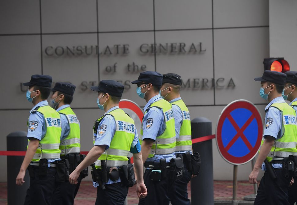 Agenti cinesi di fronte al consolato Usa
