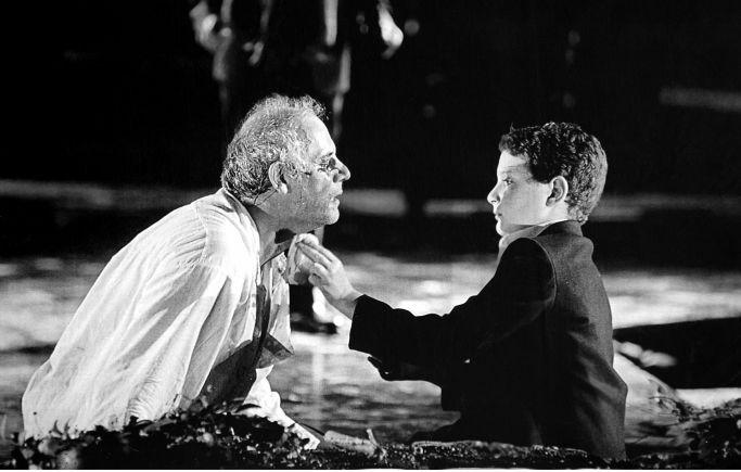 Ο Γιώργος Κιμούλης ως Οιδίπους με τον γιο του Νίκου, Λεωνίδα Λιακόπουλο, εγγονό του Λεωνίδα και της