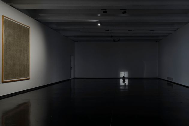 A sinistra: Luca Vitone, Stanze (Museo MACRO, Roma), 2020. A destra: Philipp Fleischmann, Untitled (at...