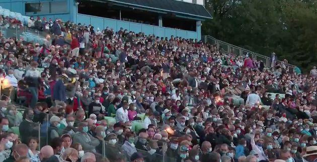 Des spectateurs assistant à la Cinéscénie du Puy du Fou en juillet