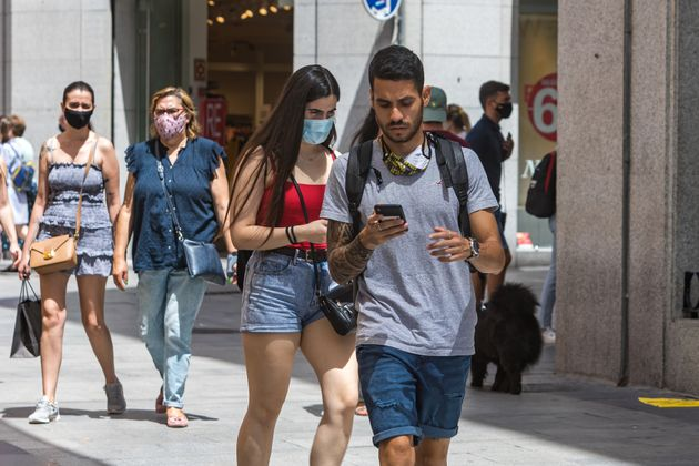 La gente pasea por la madrileña calle