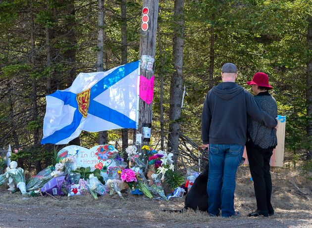 A couple pays their respects at a roadblock in Portapique, N.S. on April 22,