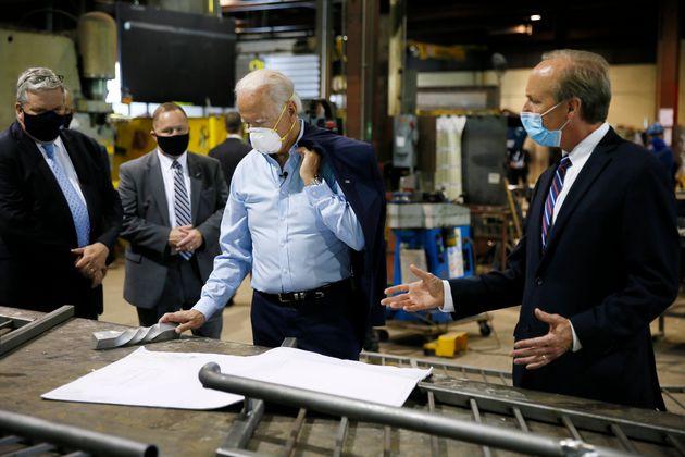 민주당 대선후보 조 바이든 전 부통령이 한 공장을 방문해 관계자들과 대화를 나누고 있다. 던모어, 펜실베이니아주. 2020년