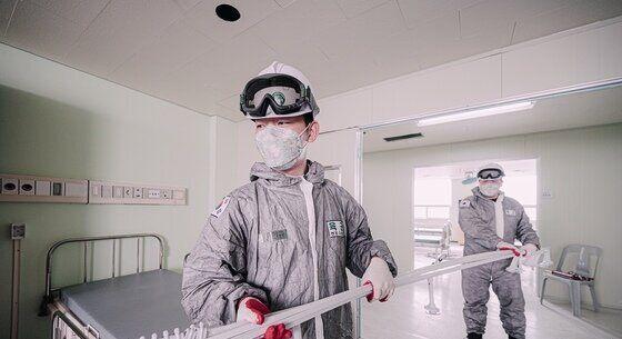 지난 3월 4일, 육군 제2작전사 예하 1117공병단 장병들이 4일 국군대구병원에서 음압병상 확충공사를 위해 자재를 운반하고 있다.