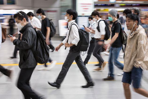 Varios pasajeros de la estación de Shinagawa, en Tokio, el 10 de julio de 2020 (Yuichi Yamazaki/Getty