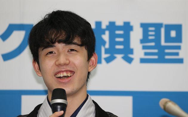 最年少でタイトルを獲得し、記者会見する藤井聡太棋聖=2020年7月16日、大阪市福島区の関西将棋会館