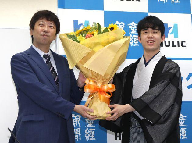 史上最年少でタイトルを獲得し、記念撮影に応じる藤井聡太新棋聖(右)と師匠の杉本昌隆八段=2020年7月16日、大阪市福島区の関西将棋会館