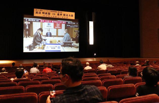 第91期棋聖戦五番勝負の第4局のパブリックビューイング会場=2020年7月16日、愛知県瀬戸市
