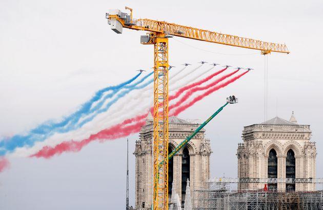 La Patrouille de France survolant Notre-Dame de Paris le 14 juillet