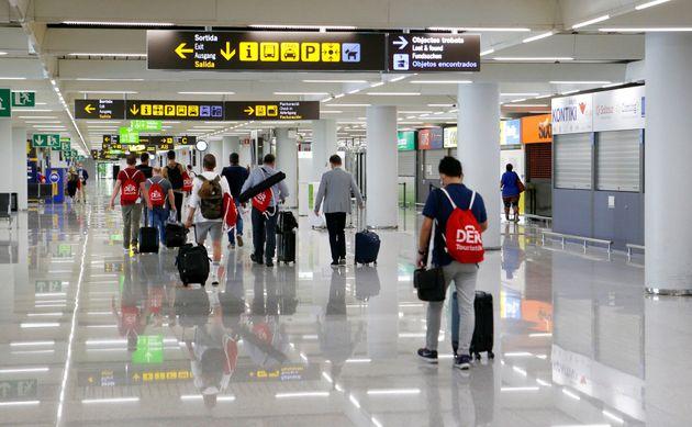 Un grupo de pasajeros llega al aeropuerto de Palma tras la reapertura de