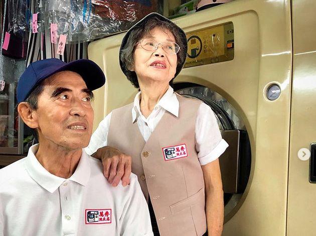 Proprietari 80enni di una lavanderia diventano star di Instagram grazie agli abiti