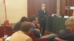 Il commesso gli porta la mascherina, ma Salvini si rifiuta: