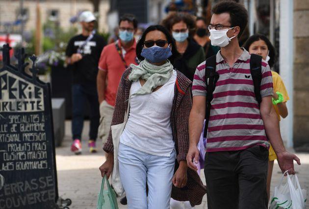 Des badauds dans les rues de Quiberon, où le port du masque est